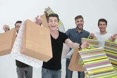 Groupe des jeunes gais avec des sacs à provisions Photographie stock libre de droits