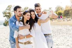 Groupe des jeunes gais et beaux prenant des photos de Th Photo libre de droits