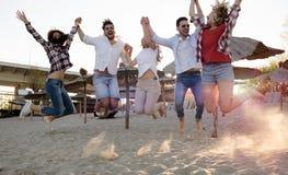 Groupe des jeunes heureux appréciant des vacances d'été Photographie stock libre de droits