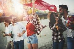 Groupe des jeunes heureux appréciant des vacances d'été Photo libre de droits