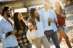 Groupe des jeunes heureux appréciant des vacances d'été Image stock