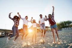 Groupe des jeunes heureux appréciant des vacances d'été Images stock