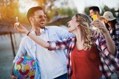 Groupe des jeunes heureux appréciant des vacances d'été Images libres de droits