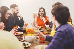 Groupe des jeunes heureux au dîner de fête de table Photographie stock libre de droits