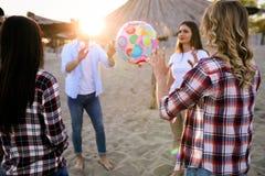 Groupe des jeunes heureux ayant l'amusement sur la plage Images stock