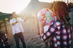 Groupe des jeunes heureux ayant l'amusement sur la plage Photo libre de droits