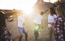 Groupe des jeunes heureux ayant l'amusement sur la plage Photos stock