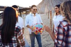 Groupe des jeunes heureux ayant l'amusement sur la plage Photographie stock libre de droits