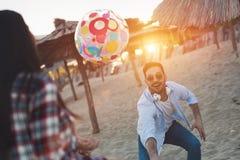 Groupe des jeunes heureux ayant l'amusement sur la plage Photo stock