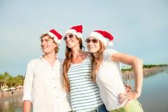 Groupe des jeunes heureux dans des chapeaux de christmass dessus Images libres de droits