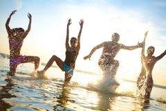 Années de l'adolescence papty sur la station de vacances de mer Images libres de droits