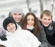 Groupe des jeunes heureux en hiver photos libres de droits