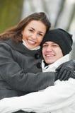 Groupe des jeunes heureux en hiver photographie stock