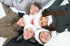groupe des jeunes heureux en hiver images stock