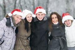Groupe des jeunes heureux en hiver photo stock