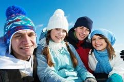 Groupe des jeunes heureux en hiver image libre de droits