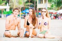 Groupe des jeunes heureux mangeant la crème glacée dessus Photo libre de droits