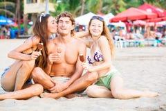 Groupe des jeunes heureux mangeant la crème glacée dessus Images stock