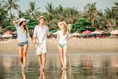 Groupe des jeunes heureux marchant le long du Photographie stock libre de droits