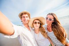 Groupe des jeunes heureux prenant le selfie sur Images libres de droits