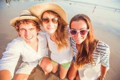Groupe des jeunes heureux prenant le selfie sur Photographie stock libre de droits