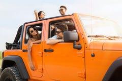 Groupe des jeunes heureux riant et ayant l'amusement Photographie stock libre de droits