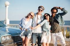 Groupe des jeunes heureux se tenant sur la promenade Photo libre de droits