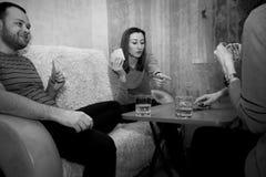 Groupe des jeunes jouant des cartes Image libre de droits