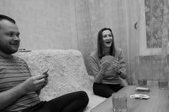 Groupe des jeunes jouant des cartes Photos stock