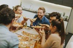 Groupe des jeunes mangeant de la pizza et buvant du cidre photos libres de droits