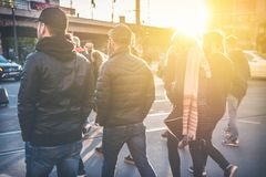 Groupe des jeunes marchant sur la rue Image stock