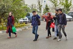 Groupe des jeunes marchant sur le trottoir, Téhéran, Iran Photos stock