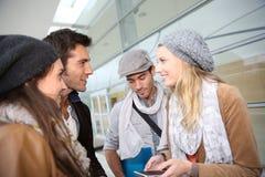 Groupe des jeunes parlant dans le campus Photographie stock libre de droits