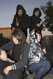 Groupe des jeunes posant avec des couteaux Images stock