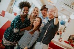 Groupe des jeunes prenant le selfie avec le téléphone portable Photographie stock