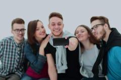 Groupe des jeunes réussis s'asseyant sur le banc, a de sourire Photos libres de droits