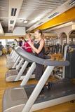 Groupe des jeunes s'exerçant en gymnastique Image stock