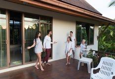 Groupe des jeunes sur l'hôtel tropical de terrasse, vacances tropicales de vacances d'amis Photo stock