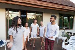 Groupe des jeunes sur l'hôtel tropical de terrasse, vacances tropicales de vacances d'amis Photos stock