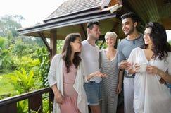 Groupe des jeunes sur l'hôtel tropical de terrasse, vacances tropicales de vacances d'amis Images stock