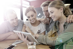 Groupe des jeunes sur un comprimé Image stock