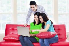 Groupe des jeunes sur un ordinateur portable Image stock