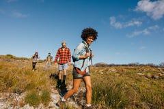 Groupe des jeunes sur une hausse Photographie stock libre de droits