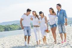 Groupe des jeunes tenant des mains sur la plage Photo libre de droits