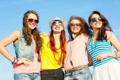 Groupe des lunettes de soleil de port et du chapeau des jeunes Photographie stock