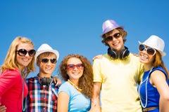 Groupe des lunettes de soleil de port et du chapeau des jeunes Photos libres de droits