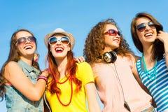 Groupe des lunettes de soleil de port et du chapeau des jeunes Image stock
