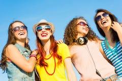 Groupe des lunettes de soleil de port et du chapeau des jeunes Photo stock
