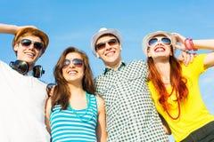 Groupe des lunettes de soleil de port et du chapeau des jeunes Images libres de droits