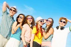 Groupe des lunettes de soleil de port et du chapeau des jeunes Image libre de droits